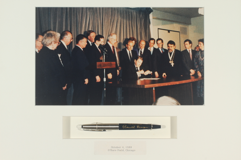1993.20.1.1-.2 front Pen used by President Ronald Reagan, October 1988, O'Hare Field, Chicago