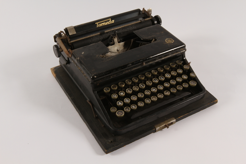 2014.359.2 a front Typewriter with case