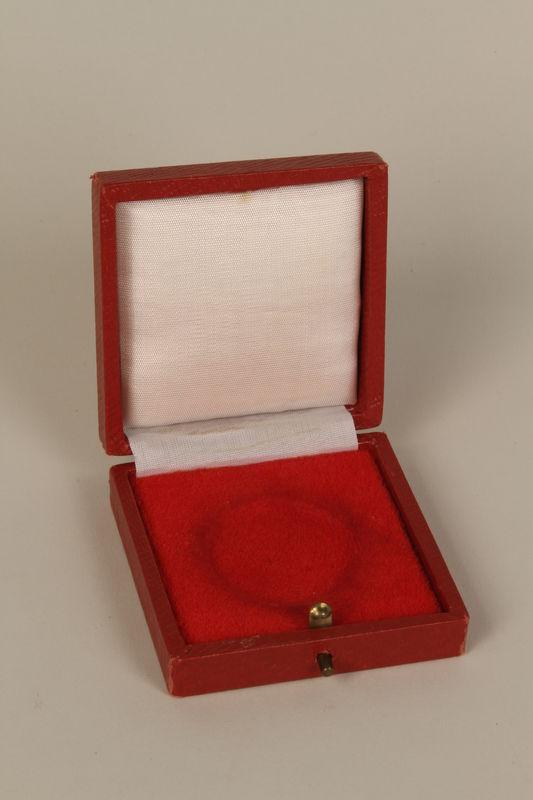 1995.128.4_b open Medal