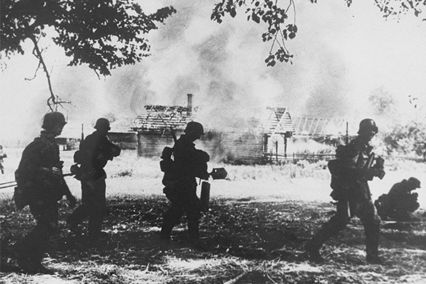 German troops watch a village burn in the Rogachyevo district of Gomel, Belarus. <i>US Holocaust Memorial Museum, courtesy of Belarusian State Museum of the History of the Great Patriotic War</i>