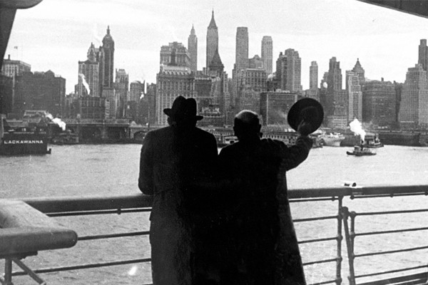 Two Jewish refugees arrive in New York City after the war. <i>US Holocaust Memorial Museum, courtesy of Centre d'Études et de Documentation Guerre et Société Contemporaines</i>