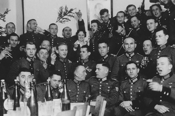 an analysis of the men of reserve police battalion 101 In the early hours of july 13, 1942, the men of reserve police battalion 101, a unit of the german order police, entered the polish village of jozefow they had arrived in poland less than three weeks before, most of them recently drafted family men too old for combat service--workers, artisans, salesmen, and clerks.